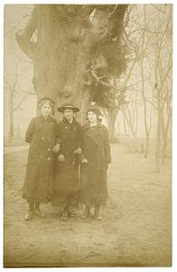 Portret van Joukje Appeldoorn (1900-1991), Gerda Focken (1899-?) en Dorothea Roskamp (1900-?)