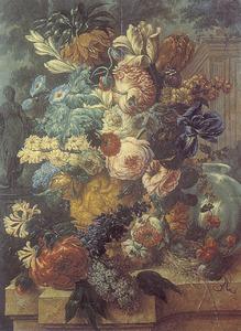 Bloemstilleven in een terracotta vaas, vogelnest en heksenbol op een marmeren balustrade voor een parklandschap