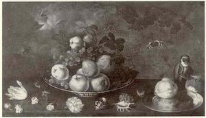 Stilleven met centraal een Wan Li-schaal met vruchten, daarvoor bloemen en schelpen, rechts een tinnen bord met vruchten en een aap