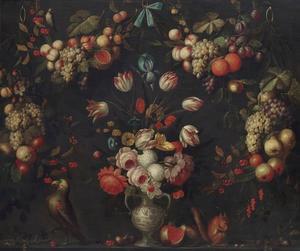 Rozen, tulpen en andere bloemen in een vaas, met een papegaai en eekhoorn op een plint, omringd door guirlandes van vruchten