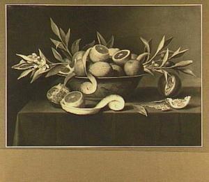 Stilleven van citrusvruchten en takken met bloesem in een porseleinen schaal