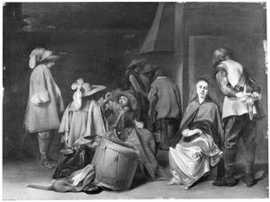 Wachtlokaal met soldaten die de buit verdelen