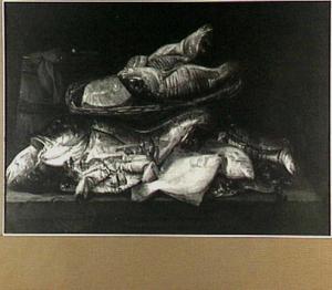 Visstilleven met kabeljauw en een moot zalm in een mand, links een houten emmer en vooraan enige vissen en krabben los op de stenen tafel