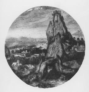 Rotsgebergte met havenstad in de verte
