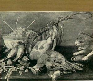 Stilleven van een patrijs, een snip een stok met zangvogels, een kom met druiven en een kat