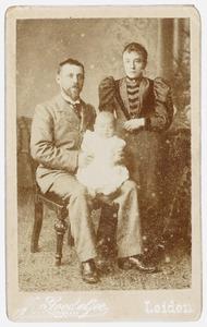 Portret van Cornelis Martinus Sinclair de Rochemont (1894-?), Wijnanda Scheffer (?-?) en kind