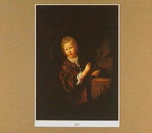 Portret van een jongen met een vogel in zijn hand
