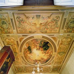 Negendelige plafondschilderingen met ornamenten en een godenhemel