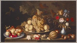 Stilleven met vruchten op een tinnen schaal en een Wan Li-bord, bloemen in een Wan Li-vaas, een heremietkreeft, bloemen en schelpen op een houten tafel