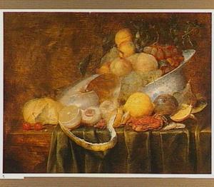 Stilleven met vruchten, nautilusschelp en krab op een tafel