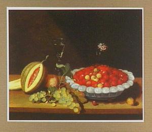 Stilleven met een schaal aardbeien met los op tafel andere vruchten en een wijnglas
