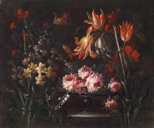 Rozen, tulpen en andere bloemen in een glazen tazza