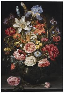 Bloemen in en rondom een glazen vaas