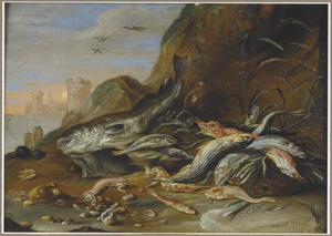 Visstilleven aan de waterkant; links een doorkijk naar een fort aan het water