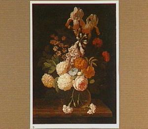Bloemen in een glazen vaas op een geprofileerd tafelblad