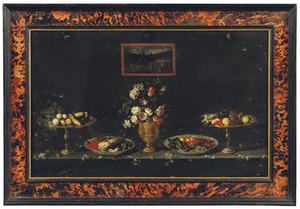 Stilleven van bloemen, groenten en vruchten in siervaatwerk op een tafel