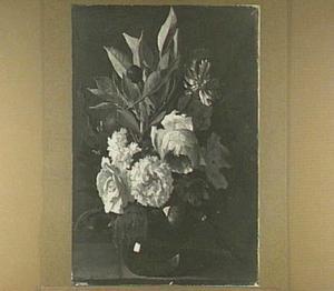 Stilleven van rozen, sneeuwbal en een anjer in een glazen vaas