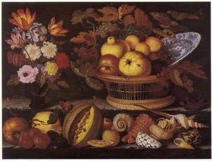 Bloemstilleven in een roemer en een rieten mand met vruchten en porseleinen bord op de bovenste trede; schelpen en fruit op de onderste trede