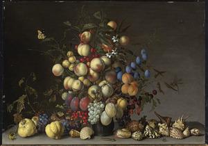 Boeket van vruchten in een vaas, kweeperen, schelpen en insekten, op een stenen plint