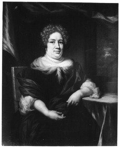 Portret van een zittende vrouw, de linker arm op tafel steunend