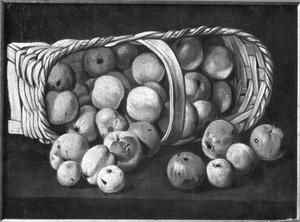 Stilleven van een omgevallen mand appels