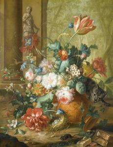 Kat die een terracotta vaas met bloemen omver gooit