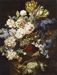 Bloemen in een glazen vaas op een marmeren blad, met een tros druiven