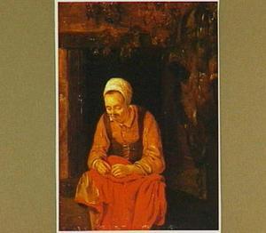 Oude vrouw met naaiwerk in een venster