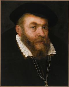 Portret van een man met zwarte baret en kleine plooikraag