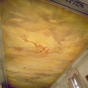 Plafondschildering met putti en bloemenguirlandes