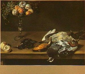 Stilleven van gevogelte op een tafel en links een tazza met verschillende vruchten