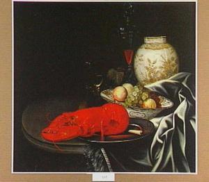 Stilleven met kreeft, drinkgerei, een schaal met fruit en een porseleinen vaas op een ronde tafel