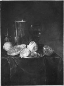 Stilleven met fruit, glas, porselein bord en roos