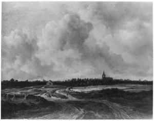 Weids landschap met weg door korenvelden, in de verte een kerk