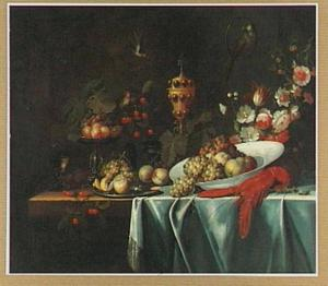 Stilleven met vruchten, bloemen, een kreeft en siervaatwerk op een tafel, met vogels