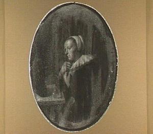 Vrouw aan een tafel voor een spiegel