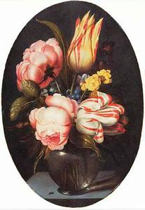 Rozen, tulpen en andere bloemen in een glazen vaas op een stenen plint