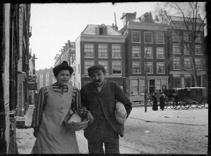 Man en vrouw op het Haarlemmerplein te Amsterdam