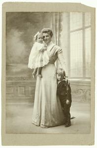 Portret van Catharina Margaretha Trip- Daendels met haar twee kinderen