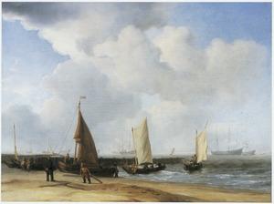 Visserspinken en vissers op het strand voor een golfbreker; op de achtergrond verschillende driemasters en een kuststrook (Marsdiep bij Den Helder?)