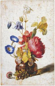 Glas met iris, dagschone, tuinanemoon, akelei, pioen, madeliefje en buxus
