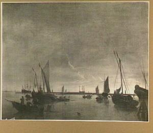 Zeilsloep en andere vaartuigen bij zonsondergang op het IJ voor het Galgenveld te Amsterdam