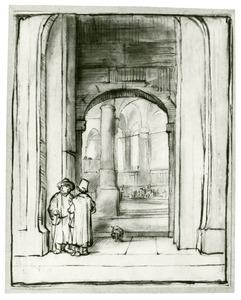 Twee mannen bij de toegang tot een synagoge