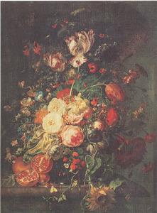 Bloemen in een glazen vaas, met granaatappels, op een marmeren balustrade
