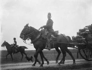 Militairen te paard tijdens een militaire manoeuvre