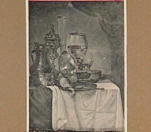 Pronkstilleven met tazza, akeleibeker, kan met deksel, roemer en een bord met pastei