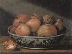 Faience schaal met fruit en noten