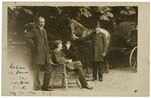 Theo van Hoytema (1863-1917) zittend bij een koets