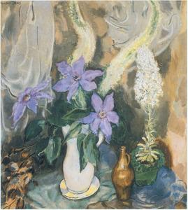Stilleven met paarse bloemen in witte kan