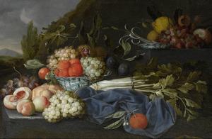 Vruchtstilleven met perziken, selderij, sinaasappelen en druiven in een twee chinsese schalen